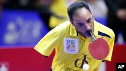 Le champion paralympique égyptien de tennis de table Ibrahim Hamato renvoi un coup à son adversaire lors d'un match d'exhibition avant la finale du Championnat du monde du table tennis en équipe à Kuala Lumpur, Malaisie, 6 mars 2016.
