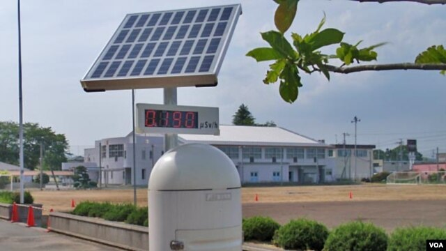 Radiation monitors stand outside schools and parks in Fukushima Prefecture. (T. Banse/VOA)
