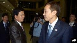 지난 25일 남북 개성공단 실무회담이 결렬된 후 양측 대표들이 굳은 표정으로 회담장을 나서고 있다.