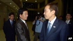 Ông Kim Kiwoong (phải), người đứng đầu phái đoàn Nam Triều Tiên, bắt tay với đối tác Bắc Triều Tiên sau cuộc họp tại Kaesong, ngày 25 tháng 7 năm 2013.