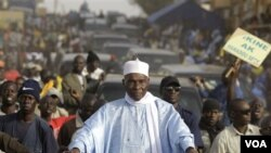 Presiden Senegal Abdoulaye Wade dalam kampanye keliling di ibukota Dakar (22/2).