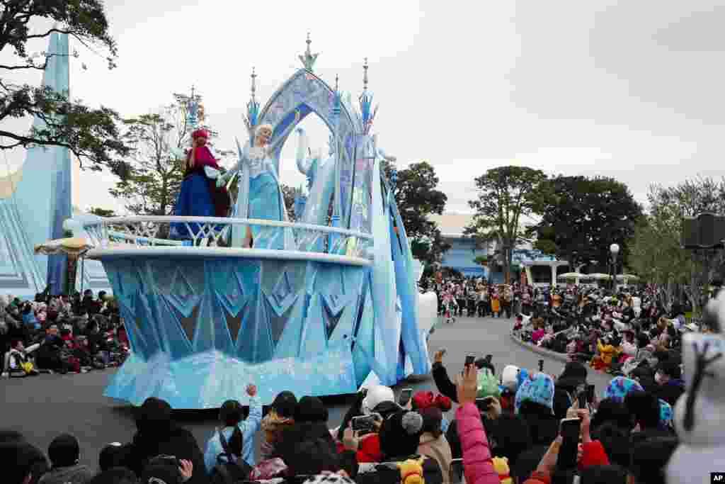 អ្នកសម្តែងស្លៀកពាក់ជាតួក្នុងភាពយន្តគំនូជីវចល«Frozen» ហែក្បួននៅក្នុងសូនកម្សាន្តTokyo Disneyland ក្នុងទីក្រុង Urayasu ក្បែរទីក្រុងតូក្យូប្រទេសជប៉ុន។