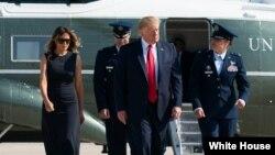 7일 도널드 트럼프 미국 대통령과 부인 멜라니아 여사가 지난주말 총기난사 사고가 발생한 오하이오주 데이턴과 텍사스주 엘파소를 방문하기 위해 앤드루스 공군기지에 도착했다.