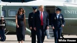 Prezidan Donald Trump ak Premyè Dam nan, Melania Trump, pandan yo t ap kite baz militè Andrews la, nan Eta Maryland, mèkredi 7 out 2019 la, pou 2 vizit: youn nan Dayton, Ohio, ak lòt la nan El Paso, o Tegzas.