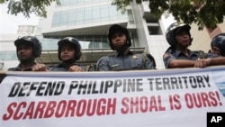 Người Philippines biểu tình với biểu ngữ 'Bảo vệ lãnh thổ Philippines. Bãi cạn Scarborough là của chúng tôi' bên ngoài lãnh sự quán Trung Quốc ở Manila.
