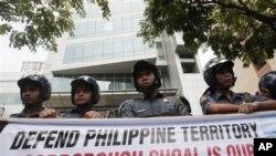Kapal-kapal Filipina dan Tiongkok yang saling berhadapan bulan lalu karena penangkapan ikan oleh warga Tiongkok di Dangkalan Scarborough mengakibatkan protes dari kedua pihak agar saling menghormati wilayah kedaulatan masing-masing.( foto, 11/5/2012).