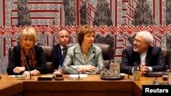 伊朗外長扎里夫(右側)和歐盟外交負責人阿什頓(中)