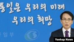 임병철 한국 통일부 대변인이 6일 정례브리핑에서 취재진의 질문에 답하고 있다.