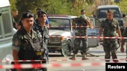 Les soldats libanais et les policiers sécurisent la zone du site où un attentat à la bombe a eu lieu le 27 juin 2016.