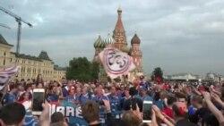 法國球迷在莫斯科紅場慶祝國慶日 期待法國隊決賽獲勝