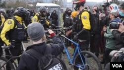 Manifestantes rodean a un grupo de policías durante las protestas en Portland, Oregón, el miércoles 20 de enero de 2021.