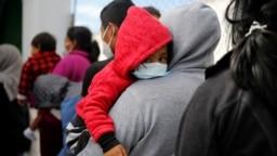 Sejumlah keluarga tampak menunggu di kantor imigrasi di Bandara Internasional La Aurora di Guatemala pada 4 Agustus 2021. Para keluarga tersebut dideportasi dari AS setelah terkena dampak dari kebijakan Title 42. (Foto: Reuters/Luis Echeverria)