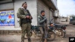 Para pemberontak Suriah duduk di luar Idlib, Suriah, 15 Februai 2020. (AP Photo)