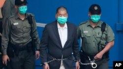 香港民主人士黎智英被收押所警員押送。(2020年12月12日)