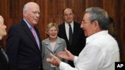 參議員與勞爾.卡斯特羅(右)會面。
