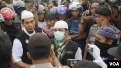 Pihak kepolisian Jogjakarta melakukan pendekatan agar aksi massa dari berbagai organisasi Islam yang menuntut pembubaran kegiatan Gerakan Ahmadiyah tidak anarkis (13/1).