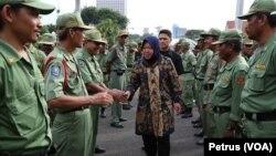 Walikota Surabaya, Tri Rismaharini berdialog dengan Satuan Perlindungan Masyarakat (Linmas) Kota Surabaya yang bertugas untuk pengamanan wilayah warga (Foto: VOA/Petrus)