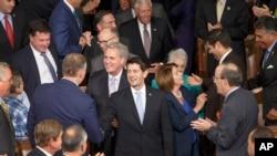 美国众议院新当选议长保罗·瑞安在众议院少数党民主党领袖佩洛西和众议院多数党领袖凯文·麦卡锡的陪同下走进国会山众议院会议厅。(2015年10月29日)