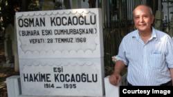 Professor Timur Xo'jao'g'li otasi va onasining qabri oldida, Istanbul, Turkiya