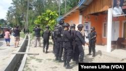Anggota Brimob Polda Sulawesi Tengah, Sabtu (7/11/2020) saat melakukan penyisiran di Kelurahan Mamboro, Palu Utara, Kota Palu Sulawesi Tengah, mencari keberadaan 2 DPO teroris MIT. Kedua DPO itu akhirnya ditangkap dalam kondisi tewas pada 17 November di