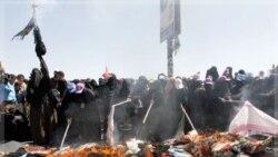 زنان یمنی حجاب های اسلامی را آتش زدند
