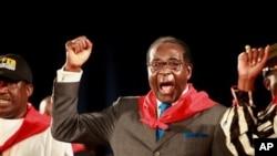 Shugaba Robert Mugabe na Zimbabuwai kenan a tsakiya.