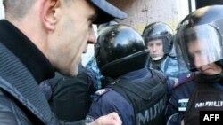 Народный депутат Андрей Кожемякин безуспешно пытается пройти сквозь заслон, показывая бойцу спецподразделения «Беркут» свое депутатское удостоверение.