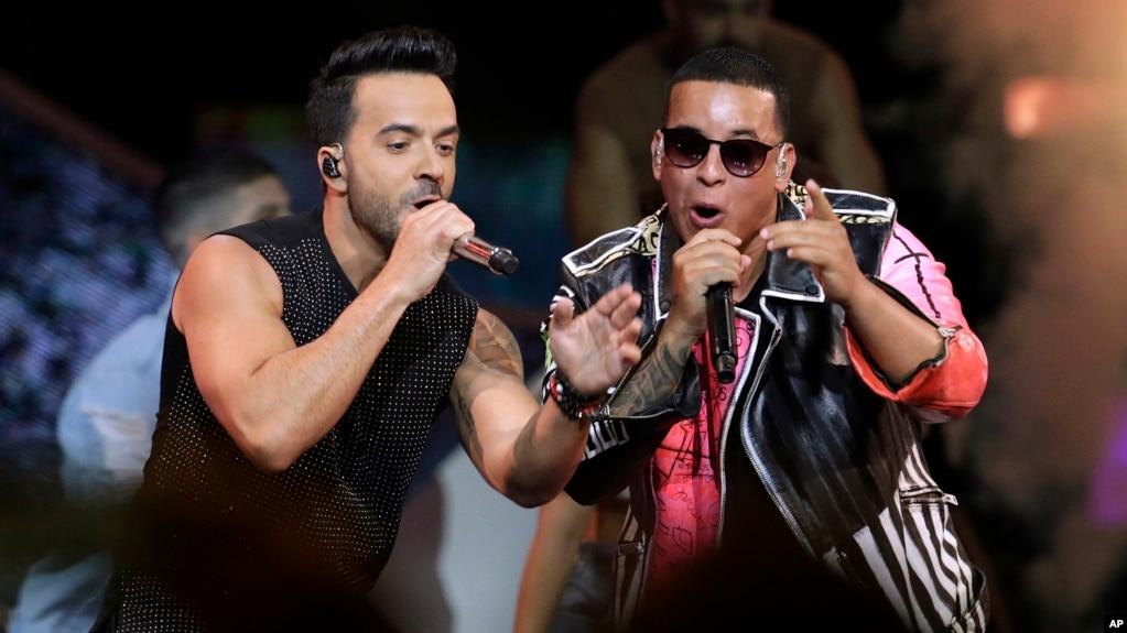 Luis Fonsi (izquierda) y Daddy Yankee actuaron en los Latin Billboard Awards en Coral Gables, Florida, el 27 de abril de 2017.
