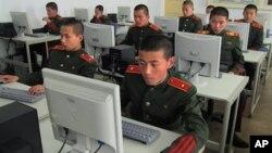 지난해 4월 평양 만경대혁명학원에서 북한 학생들이 컴퓨터 실습 중이다.