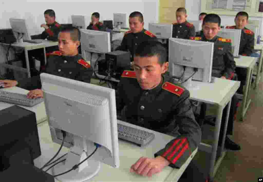 지난 18일 평양 만경대혁명학원에서 컴퓨터 실습 중인 북한 학생들.