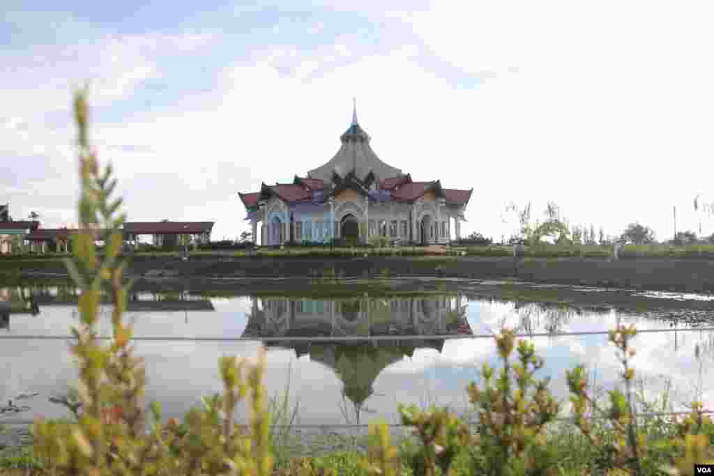 A fan shape pond sits directly in front of the nine-sided Baha'i temple, representing the nine great world religions in unity. The temple is built with a style that is supposed to keep with the community, way of life and natural environment of Battambang. (Rithy Odom/VOA)