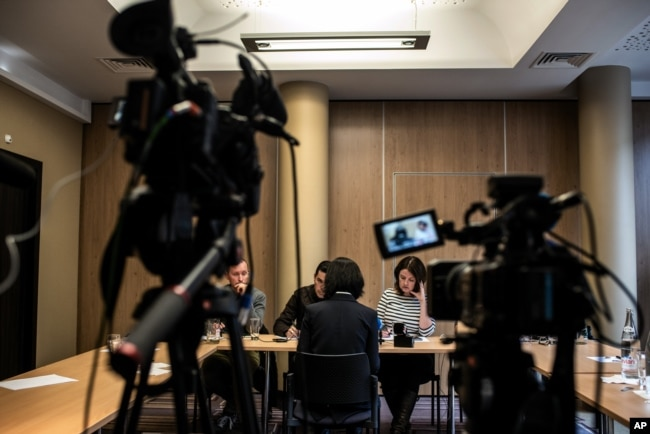 被中国国家监委扣押和调查的中国公安部副部长孟宏伟的妻子格蕾丝·孟2018年10月7日在法国里昂举行记者会,背对摄影机。