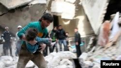 2月2号阿萨德军队轰炸阿勒颇,一名男子怀抱从瓦砾下挖出的一名受伤的孩子。