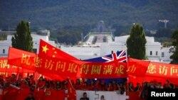 亲中的支持者在澳大利亚堪培拉议会大厦前举旗欢迎到访的中国总理李克强。(2017年3月23日)