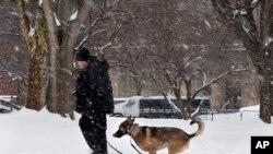 Un agent des services secrets patrouillant près de la Maison-Blanche jeudi