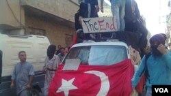 Demonstran anti pemerintah unjuk rasa di jalan-jalan ibukota Damaskus setelah usai shalat Jumat (24/6).