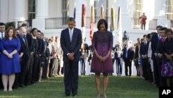 11일 백악관 정원에서 열린 추모행사에서 묵념하고 있는 바락 오바마 대통령과 영부인 미셸 오바마 여사.
