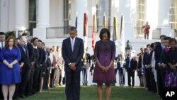 美國總統奧巴馬和第一夫人米歇爾•奧巴馬以及白宮工作人員星期二在華盛頓白宮南草坪上默哀,紀念9-11恐怖襲擊11週年