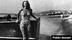 میشل مورگان، هنرپیشه فرانسوی در نخستین فستیوال فیلم کن با لباس شنا دیده می شود. سپتامبر۱۹۴۶