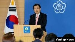 한국 김형석 통일부 대변인이 24일 정부서울청사에서 정례브리핑을 통해 북한에 대해 상환만기가 도래한 대북 식량차관을 조속히 상환할 것을 촉구하고 있다.