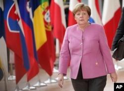 ນາຍົກລັດຖະມົນຕີ ເຢຍຣະມັນ ທ່ານນາງ Angela Merkel ໄປຮອດກອງປະຊຸມສຸດຍອດ EU ຢູ່ທີ່ ອາຄານ Europa ໃນນະຄອນ Brussels ເມື່ອວັນພະຫັດ ທີ 9 ມີນາ 2017.