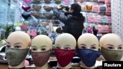 Một cửa hàng bán các loại mặt nạ trong một trung tâm mua sắm ở tỉnh Chiết Giang, Trung Quốc.