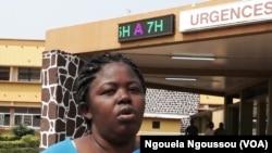 En Lingala, une malade déplore des cas de décès suite à la grève au CHU de Brazzaville, le 3 août 2017. (VOA/Ngouela Ngoussou)