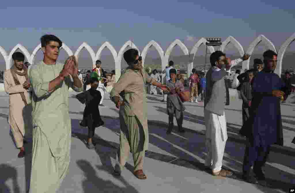 چند جوان افغان صدمین سالروز استقلال افغانستان را در شهر کابل با رقص جشن گرفته اند.۲۸ مرداد ۱۹۱۹ به موجب توافقی، استقلال افغانستان از بریتانیا اعلام شد.