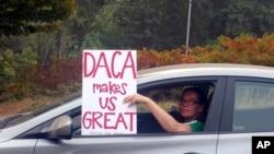 """俄勒冈州波特兰市一位女子在车里那种标语,上写""""DACA让美国伟大"""" (2017年9月5日)"""