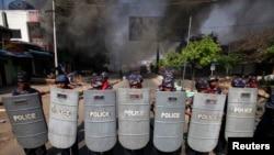 22일 버마 중부 메이크틸라주에서 불교도와 이슬람교도 간 충돌이 이어진 가운데, 사태 진압을 위해 경찰이 출동했다.