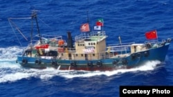 """在钓鱼岛附近海域航行的香港保钓船""""启丰2号"""" (日本海上保安厅)"""