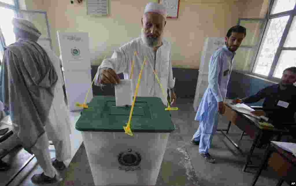 جمرود کے پولنگ اسٹیشن میں ایک بزرگ شہری بیلٹ باکس میں اپنا ووٹ ڈال رہے ہیں۔