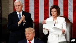 លោកស្រី Nancy Pelosi ប្រធានសភាតំណាងរាស្រ្តខាងគណបក្សប្រជាធិបតេយ្យហែកក្រដាសសុន្ទរកថារបស់លោកប្រធានាធិបតីត្រាំចោល បន្ទាប់ពីលោកប្រធានាធិបតីបញ្ចប់សុន្ទរកថាអំឡុងពេលថ្លែងសុន្ទរកថាប្រចាំឆ្នាំ នៅវិមាន Capitol Hill ក្នុងរដ្ឋធានីវ៉ាស៊ីនតោន កាលពីថ្ងៃទី០៤ ខែកុម្ភៈ ឆ្នាំ២០២០។