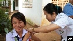 老挝医疗人员在给民众注射麻疹-风疹疫苗